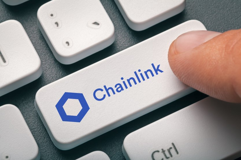 Finger over keyboard with key labelled 'Chainlink'