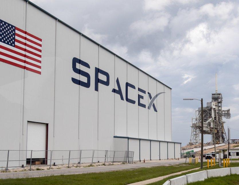 SpaceX завершила первый туристический полет в космос без астронавтов